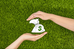 Las dos manos abiertas de la mujer que protegen el dinero Imagen de archivo libre de regalías