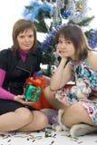 Las dos muchachas atractivas con los regalos foto de archivo
