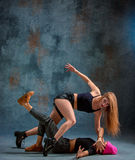 Las dos muchachas atractivas que bailan el twerk en el estudio imagenes de archivo