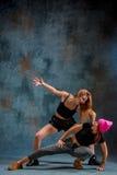 Las dos muchachas atractivas que bailan el twerk en el estudio imagen de archivo