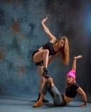 Las dos muchachas atractivas que bailan el twerk en el estudio foto de archivo