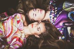 Las dos mujeres jovenes hermosas con belleza larga del pelo rubio forman p Foto de archivo libre de regalías