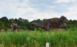 Las dos reconstrucciones del tiranosaurio mesozoico fotos de archivo libres de regalías