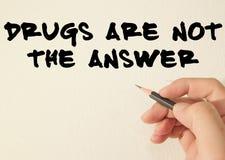 Las drogas no son el texto de la respuesta escriben en la pared Imagen de archivo