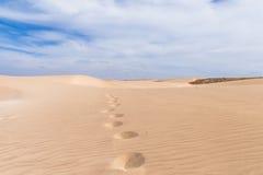 Las dunas de arena en Boavista abandonan con el cielo azul y las nubes, cabo Ver Imagen de archivo libre de regalías