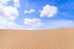 Las dunas de arena en Boavista abandonan con el cielo azul y las nubes, cabo Ver Fotografía de archivo