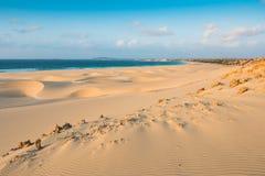 Las dunas de arena en Chaves varan a Praia de Chaves en el cabo VE de Boavista Imagen de archivo