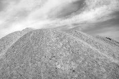 Las dunas de Sandy cerca de la mina anterior nombraron Velka Amerika en la igualación tropical soleada del verano el 7 de agosto  Imagen de archivo