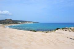 Las dunas en la costa del mar Mediterráneo nombraron a Golden Beach con la arena blanca y calientan ondas en el área de Karpaz en Fotografía de archivo