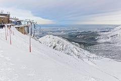 Las elevaciones de silla en Kasprowy Wierch enarbolan en Zakopane en invierno Foto de archivo libre de regalías
