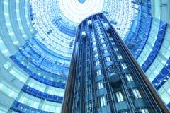 Las elevaciones se mueven en la torre del norte del rascacielos Fotos de archivo