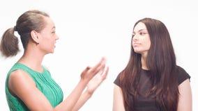 Las emociones de diversas mujeres en el estudio almacen de video