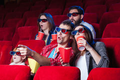 Las emociones de la gente en el cine Imagenes de archivo