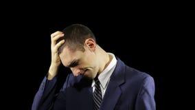 Las emociones jovenes del hombre de negocios, piensan almacen de metraje de vídeo
