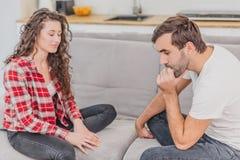 Las emociones negativas son un par de conceptos Un marido y una esposa, afirmando y gritando pares expresivos y emocionales fotos de archivo libres de regalías