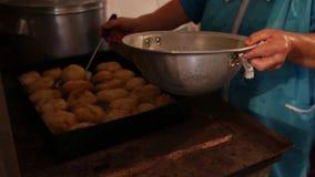 Las empanadas se fríen en aceite en un sartén metrajes