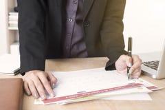Las empresarias dan escriben el documento del planificador del calendario del negocio imagen de archivo libre de regalías