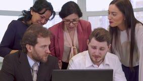 Las empresarias señalan sus manos en la pantalla del ordenador portátil metrajes