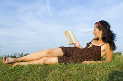 Las endechas de la muchacha en una hierba Fotos de archivo libres de regalías