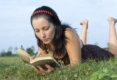 Las endechas de la muchacha en una hierba Foto de archivo