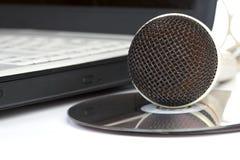 Las endechas del micrófono en el cuaderno imagenes de archivo