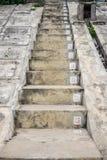 Las escaleras concretas con números de serie foto de archivo