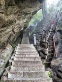 Las escaleras de la montaña de Huashan suben la visión con la niebla y la niebla - Xian, provincia de Shaaxi, China fotografía de archivo libre de regalías