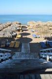 Las escaleras de madera llevan a la playa Imagen de archivo libre de regalías