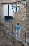 Las escaleras de piedra de la ciudad vieja se alzan una mujer brillante joven fotografía de archivo libre de regalías