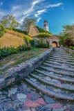 Las escaleras de piedra suben a la torre de reloj en Novi Sad Petrovaradin Fortr fotos de archivo