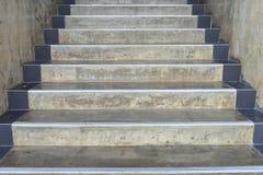 Las escaleras del cemento caminan en un fondo más alto - detalle de la construcción Fotos de archivo libres de regalías