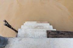 Las escaleras del embarcadero en Chao Phraya River Imagen de archivo libre de regalías