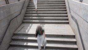 Las escaleras del metro empañaron el lapso de tiempo de la gente, loopable almacen de metraje de vídeo