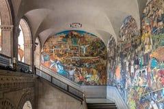 Las escaleras del palacio nacional con la lucha de clase mural famosa y la historia de México por Diego Rivera - Ciudad de México imagen de archivo libre de regalías