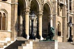 Las escaleras del parlamento húngaro Imagen de archivo libre de regalías