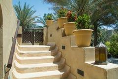 Las escaleras diseñadas con las flores en jarros en el desierto árabe de lujo recurren Fotografía de archivo libre de regalías
