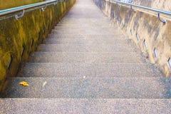 Las escaleras empiedran la montaña antigua de la calzada abajo en templo Fotografía de archivo