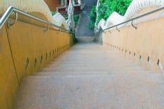 Las escaleras empiedran la montaña antigua de la calzada abajo en templo Foto de archivo libre de regalías