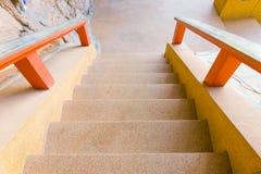 Las escaleras empiedran la montaña antigua de la calzada abajo en templo Imagen de archivo libre de regalías