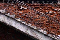 Las escaleras en la casa vieja arruinada Fotografía de archivo libre de regalías