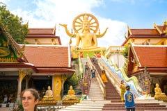 Las escaleras llevan a la estatua grande del templo grande de Buda, al lugar de la adoración budista y a la atracción turística Foto de archivo libre de regalías