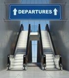 Las escaleras móviles en aeropuerto, salidas de la escalera móvil firman Fotos de archivo