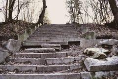 Las escaleras rotas viejas Escaleras envejecidas para arriba foto de archivo libre de regalías
