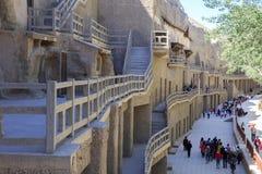 Las escaleras y la entrada de Mogao excava en Dunhuang imagen de archivo