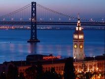 Las escenas de la noche del edificio del transbordador y del puente de la bahía Fotos de archivo libres de regalías