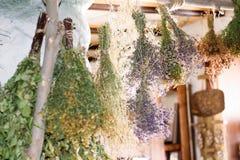 Las escobas de abedul secas cuelgan en la casa vieja del pueblo Fotografía de archivo libre de regalías