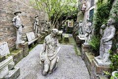 Las esculturas antiguas históricas en una iglesia cultivan un huerto en la isla de Torcello, Venecia Fotografía de archivo libre de regalías