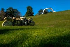 Las esculturas austríacas parquean - Mauer y als Koffer de Erdkugel del dado imagenes de archivo