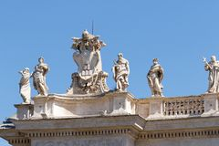 Las esculturas de Bernini encima de la columnata foto de archivo