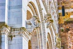 Las esculturas de la piedra en el ataque frontal de la catedral de Lucca, Italia imagen de archivo libre de regalías